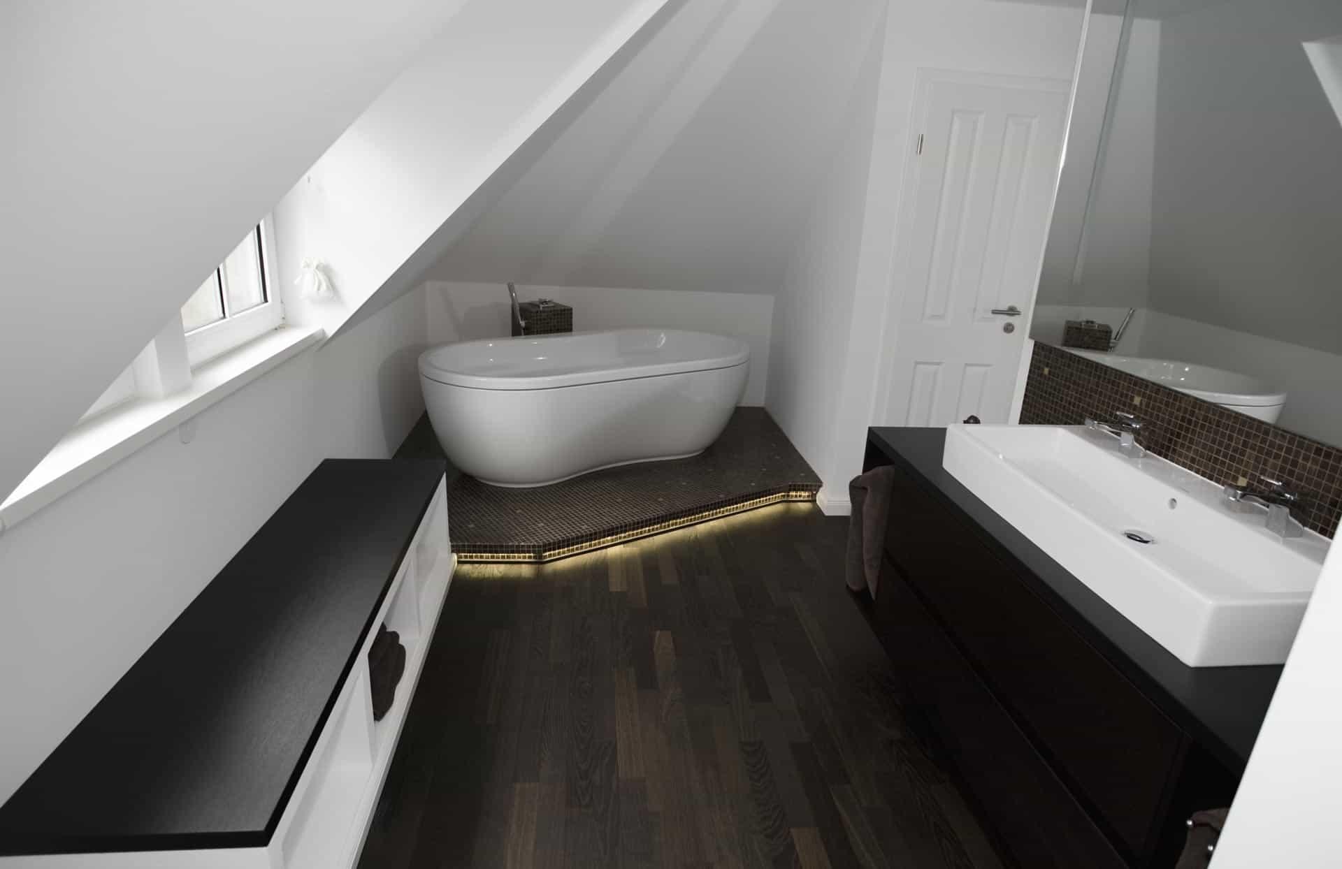 Luxus Bad mit Holzboden |