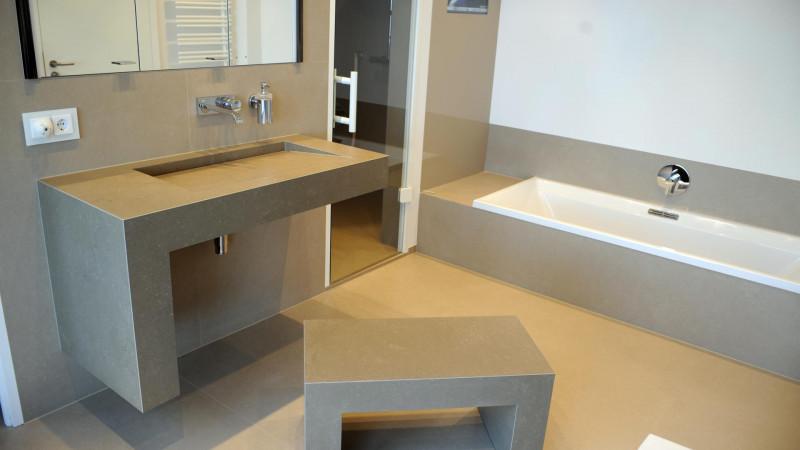 Fliesen Design Bad mit Fasuro Waschbecken und Badewanne